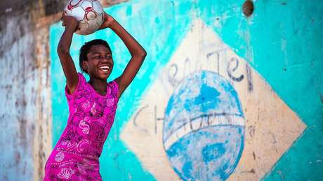Menina jogando futebol