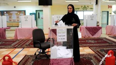Mulher votando na Arábia Saudita