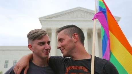 Casal gay em frente à sede da Suprema Corte americana