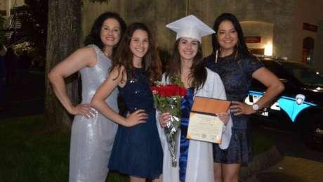 Brasileira posa com a família no dia de formatura no colégio nos EUA: 'Me sinto parte dos dois países'