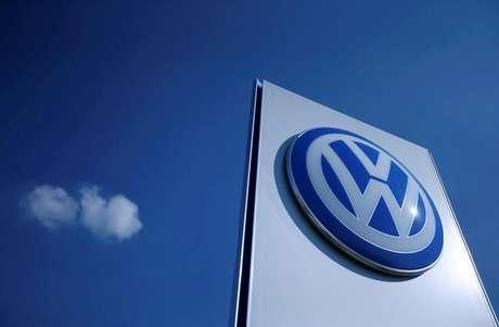 Logo da Volkswagen em fábrica