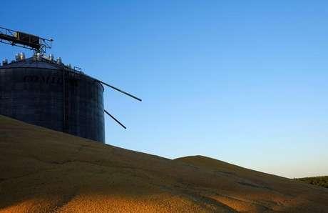 Milho da segunda safra é armazenado a céu aberto ao lado de silos cheios do grão perto de Sorriso, no Estado do Mato Grosso 26/07/2017 REUTERS/Nacho Doce
