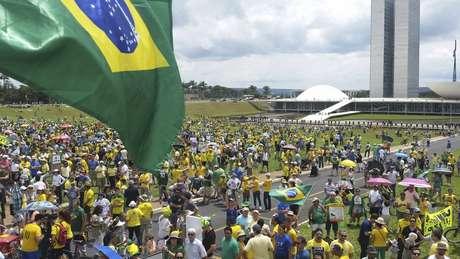 pessoas usando roubas amarelas em protesto em frente ao Congresso, em Brasília