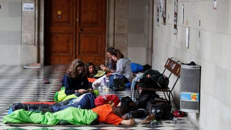 Ativistas acampados numa escola