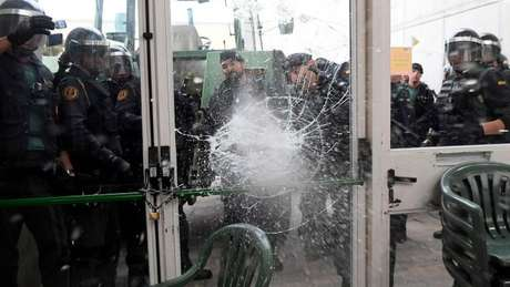 Polícia arrembenta porta