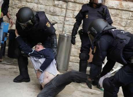 Confronto entre polícia espanhola e homem, do lado de fora de posto de votação de referendo de independência da Catalunha, em Tarragona 01/10/2017 REUTERS/David Gonzalez