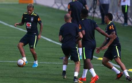 Neymar participa de treino do Brasil em Teresópolis