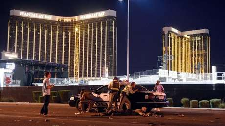 Polícia armada é vista do lado de fora do hotel Mandalay Bay.