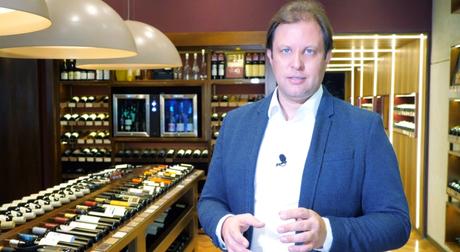 O apresentador do 'Luxo A+' em gravação sobre o mercado de vinhos