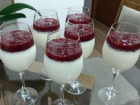 Mousse de iogurte com geleia de morango