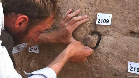 Arqueologistas trabalham em Tello sob a proteção de policiais iraquianos (Crédito: Museu Britânico)