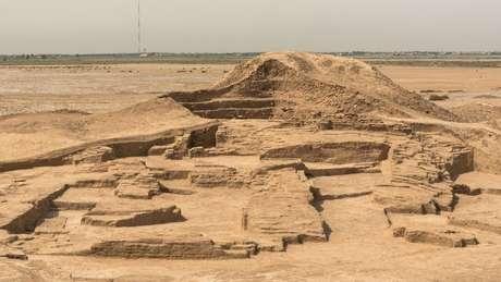 Muralha descoberta em escavação de um novo templo em Tello (Crédito: Museu Britânico)