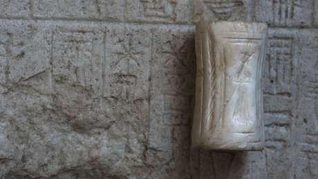 Um bloco de pedra fundamental está entre as descobertas em Tello (Crédito: Hilary Mc Donald; Museu Britânico)