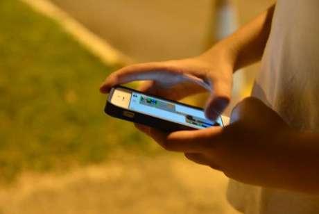 Pesquisa TIC Kids Online aponta que a maioria dos jovens de 9 a 17 anos das classes D e E acessa internet apenas pelo celular