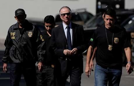 Presidente do Comitê Olímpico do Brasil (COB), Carlos Arthur Nuzman, é escoltado por policiais federais no Rio de Janeiro 05/10/2017 REUTERS/Bruno Kelly