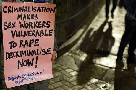 Manifestante pede descriminalização da prostituição