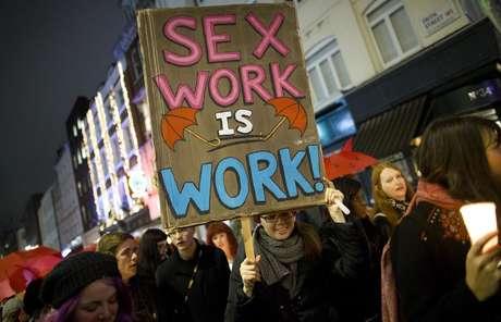 Cartaz a favor da descriminalização total da prostituição