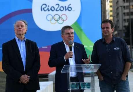 Carlos Nuzman, Thomas Bach e Eduardo Paes às vésperas da Rio-2016 (Foto: VANDERLEI ALMEIDA / AFP)