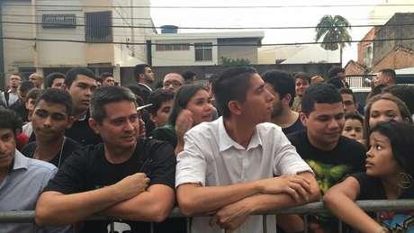 Maioria dos devotos que esperava por Bolsonaro em Belém era composta de jovens | Foto: Leandro Machado/BBC Brasil