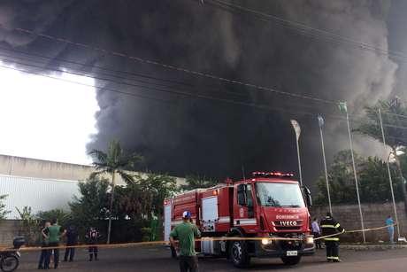 Incêndio de grandes proporções atinge uma empresa de logística e transporte na cidade de Sumaré (SP). A empresa armazena plástico.
