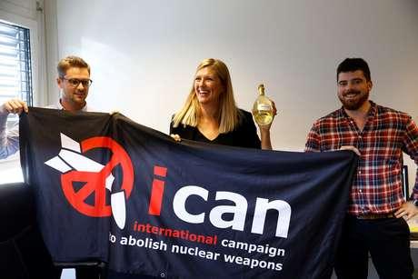 Membros da Campanha Internacional para a Abolição de Armas Nucleares (Ican) comemoram a premiação