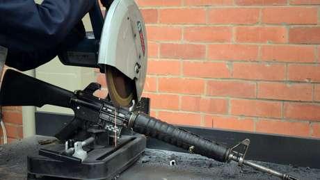 Arma que pertencia às Farc sendo destruída na Colômbia