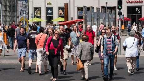 Alemães cruzando a rua