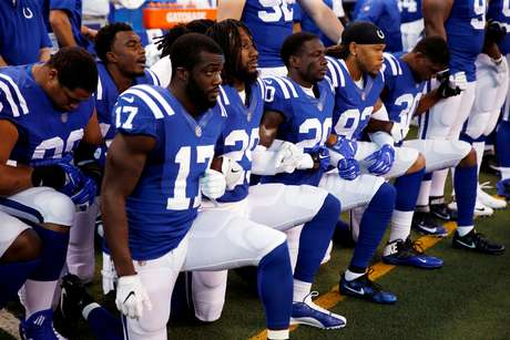 Jogadores dos Cols durante hino nacional americano