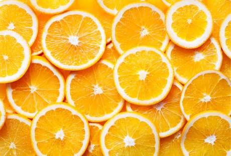 La vitamina C fortalece sus encías y el tejido blando en su boca