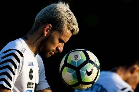 Lucas Lima trabalhou com bola e deve ir a campo na quinta-feira (Foto: Ivan Storti)