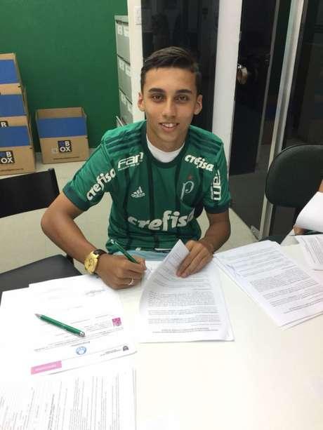 Guilherme assina contrato com o Palmeiras até fevereiro de 2019. Clube tem opção de compra (Foto: Divulgação)