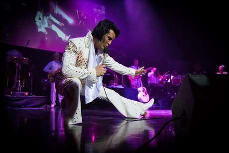 Ben Portsmouth em ação como Elvis