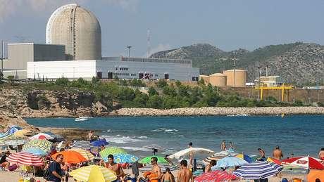 Praia ao lado de uma central nuclear