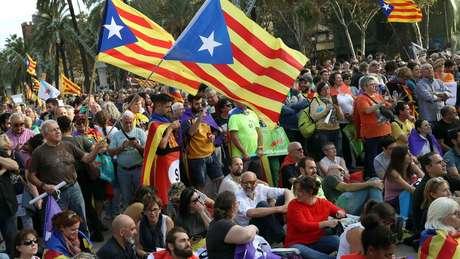Catalães se aglomeram diante do parlamento regional em Barcelona no dia 10 de outubro de 2017
