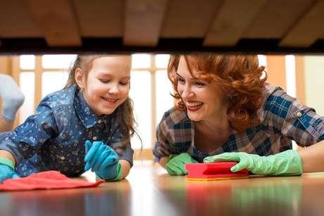 Você já reparou como acumula sujeira embaixo da cama? Inclua a limpeza desse local na sua lista de tarefas