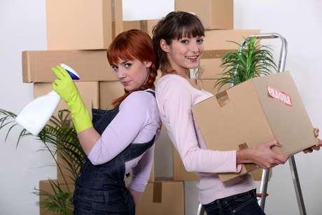 Converse com seu roommate e liste tudo o que é necessário para manter a casa sempre limpa