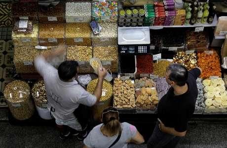 Consumidores fazem compra no Mercado Municipal de São Paulo 06/09/2017 REUTERS/Paulo Whitaker