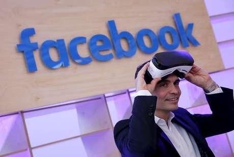 Diretor para Europoa do Facebook veste primeiro modelo do Oculus durante evento da empresa em Berlim, Alemanha 24/02/2016 REUTERS/Fabrizio Bensch