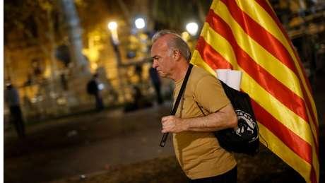 Manifestante segurando bandeira da Catalunha