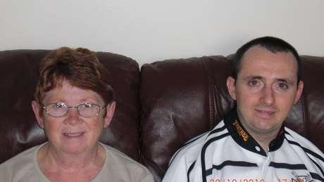 Paul Pugh ao lado da mãe Nesta, que é sua cuidadora em tempo integral