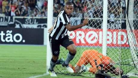 Vinícius Tanque é bastante criticado pela torcida, mas entrou e garantiu a vitória (DELMIRO JUNIOR/RAW IMAGE)