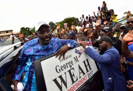 Melhor do mundo em 1995, George Weah é eleito presidente da Libéria