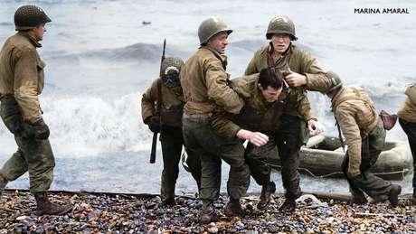 Médicos americanos auxiliam soldados feridos em praia da Normandia, na França, durante a 2ª Guerra Mundial