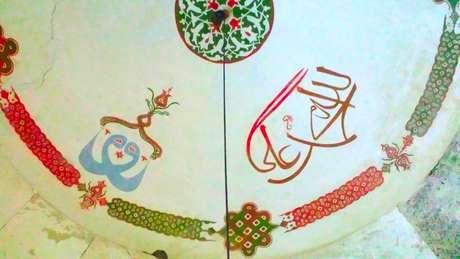 Inscrições em um mausoléu Alevi na Bulgária - os nomes Alá, Maomé e Ali estão escritos em árabe na direita, mas ligados em um padrão na esquerda