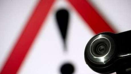 Qebcam e símbolo de advertência