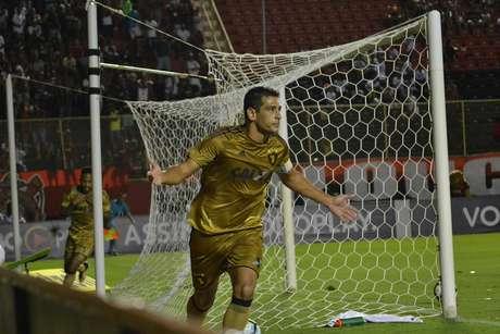 Diego Souza comemora o gol que marcou e abriu o placar da vitória do Sport sobre o Vitória, em Salvador.