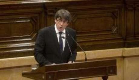 Carles Puigdemont, presidente do governo regional da Catalunha, declarou a independência da região em relação à Espanha, mas suspendeu os efeitos em seguida