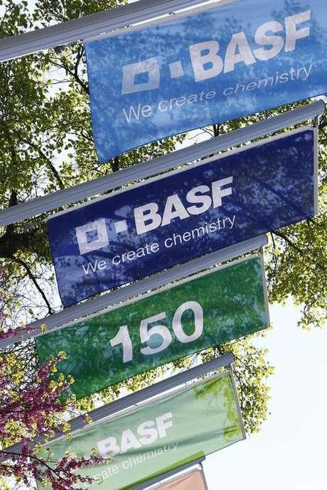 Bandeiras da empresa química alemã BASF do lado de fora da sede em Ludwigshafen  23/04/2015     REUTERS/Ralph Orlowski