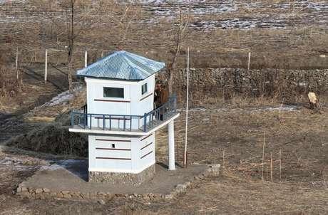 Torre de segurança no distrito norte-coreano de Namyang 15/12/2015 REUTERS/Jacky Chen