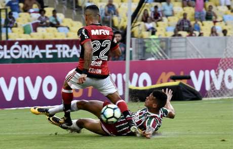 Richard dá carrinho no Fla-Flu: volante mostrou bom poder de marcação (Foto: Mailson Santana/Fluminense F.C.)
